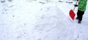 Iglu bauen mit KIndern:Langsam zeigt sich unser Schneehaus.  Foto (c) kinderoutdoor.de