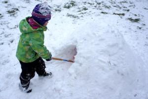 Iglu bauen mit Kindern. Jetzt den Schneeberg aushöhlen.  Foto (c) kinderoutdoor.de