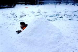 Kinder bauen einen Iglu: Fertig ist die kalte Hütte! Foto (c) kinderoutdoor.de