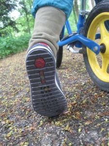 Richtige Schuhgröße für Kinderschuhe ermitteln: Zuz große Schuhe schaden den Füßen der Kleinen.  Foto (c) kinderoutdoor.de