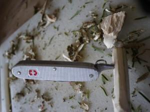 Kinder schnitzen mit dem Taschenmesser einen Outdoorleuchter. Mit der Ahle durchbohrt Ihr das Holz. Foto (c) kinderoutdoor.de