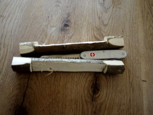 Werken mit dem Taschenmesser: Wir schnitzen nun das Holz zwischen den Einschnitten weg.  Foto (c) kinderoutdoor.de