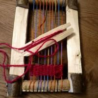 Werken mit dem Taschenmesser: Die ersten Bahnen sind bereits gewebt.   Foto (c) kinderoutdor.de