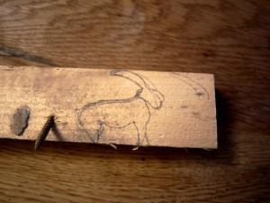 Schnitzanleitung für Kinder: Zuerst den Steinbock aufzeichnen, dann schnitzen! Foto (c) kinderoutdoor.de
