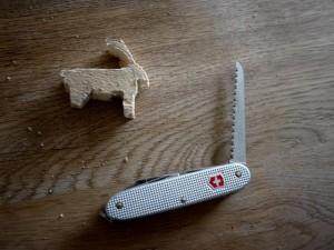 Mit dem Taschenmesser sägt Ihr den Steinbock aus.  foto (c) kinderoutdoor.de