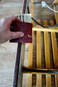 Holzschlitten richtig pflegen: Wie Weltklasse Rodler müsst auch Ihr die Schienen (Kufen) abschleifen.  Foto (c) kinderoutdoor.de