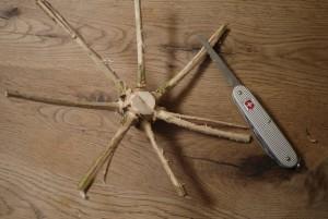 Mit dem Taschenmesser schnitzen: Wir sägen Teile vom Stamm ab. Foto (c) kinderoutdoor.de
