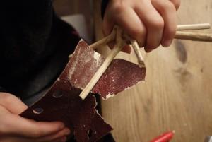 Jetzt schleifen die Kinder das Holz ab. Foto (c) kinderoutdoor.de