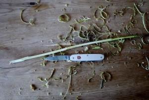 Mit dem Taschenmesser den Ast entrinden.  Foto (c) kinderoutdoor.de