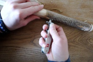 Mit der Ahle bohren wir zwei Löcher in den Säbelgriff.  Foto (c) Kinderoutdoor.de