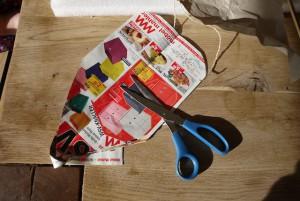 Aus dem Altpapier schneidet Ihr eine Schablone für das Segelboot an. Foto (c) kinderoutdoor.de
