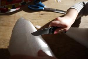 Mit dem Taschenmesser schrägen wir den Schiffsrumpf seitlich ab. Foto (c) kinderoutdoor.de