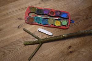 Schnitzen mit Kinder: Hier ist das Material für unseren Hampelmann Pflanzstab. Foto (c) kinderoutdoor.de