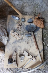 Feuermachen mit dem Holzbohrer. Hier sind weitere Utensilien fürs Feuermachen wie in der Steinzeit.  Foto (c) kinderoutdoor.de