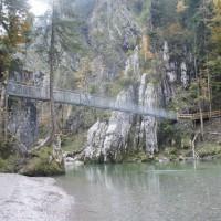 Mit Kindern wandern ist ideal auf dem Schmugglerweg von Schleching nach Tirol. Es erwartet Euch eine abenteuerliche Hängebrücke.  foto (c) kinderoutdoor.de