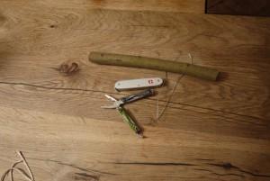 Holzschnitzen mit Kindern: Hier ist das Material: Ein Taschenmesser, ein Stück Astholz, eine Zange und Draht. Das habt Ihr sicher zuhause.  Foto (c) kinderoutdoor.de