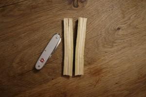 Mit der großen Klinge spaltet Ihr das Holz mittig.  foto (c) kinderoutdoor.de