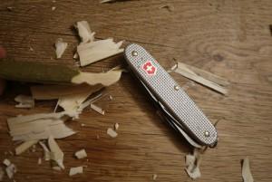 Mit dem Taschenmesser schnitzen wir nun die Zähne vom Krokodil. foto(c) kinderoutdoor.de