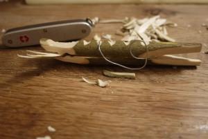 Holzschnitzen mit Kindern: Fertig ist unsere Krokodil-Wäscheklammer.  foto (c) kinderoutdoor.de