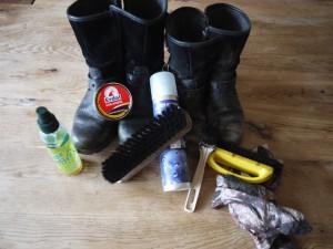 Um Gore Tex Kinderschuhe richtig zu pflegen, legt Euch Bürsten und Schuhcreme zu.  Foto (c) kinderoutdoor.de