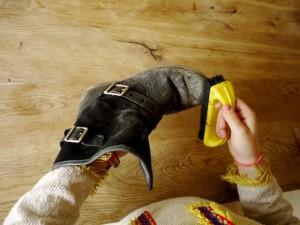 Mit einer groben Bürste den groben Schmutz von den Schuhen abschrubbeln.  Foto (c) kinderoutdoor.de