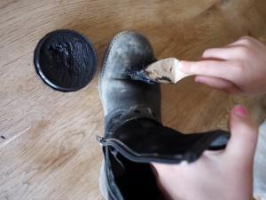Mit der Schuhcreme das Glattleder einschmieren.  Foto (c) kinderoutdoor.de