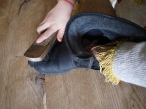 Nun die Schuhcreme gut bürsten.  Foto (c) Kinderoutdoor.de