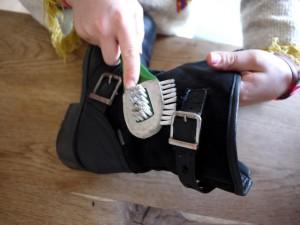 Mit der Rauhlederbürste pflegen wir dieses besondere Leder.  Foto (c) kinderoutdoor.de