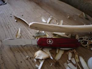 Nun runden wir das Ende vom Ast mit dem Taschenmesser ab. Foto © kinderoutdoor.de