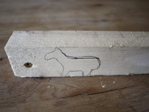 Bevor die Kinder mit dem Taschenmesser schnitzen, zeichnen wir das Lama / Alpaka auf. Foto (c) kinderoutdoor.de
