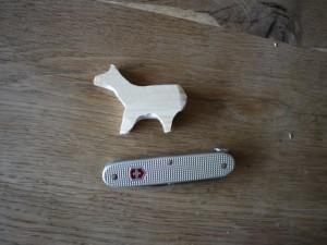 Mit der Säge vom Taschenmesser schneiden wir das Lama / Alpaka aus.  Foto (c) kinderoutdoor.de