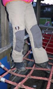 Gewachst und damit wasserfest ist die Outdoorhose Waldmeister von elkline.  Foto (c) kinderoutdoor.de