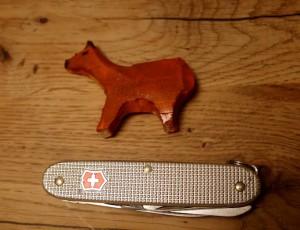 Fertig sind wir mit dem Schnitzen von einem Lama / Alpaka.  Foto (c) kinderoutdoor.de