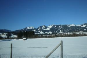 Eine Rennsemmel testete in den verschneiten Allgäuer Bergen die Minions Kinderski von Rossignol. Foto (c) kinderoutdoor.de
