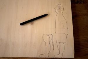 Bevor wir den Hampelmann Fußballer mit der Laubsäge ausschneiden zeichnen wir alle Einzelteile auf das Sperrholz.  Foto (c) kinderoutdoor.de
