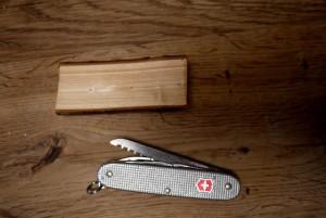Bevor die Kinder mit dem Taschenmesser schnitzen, spalten wir das Holz und verwenden das Kernholz. Foto (c) kinderoutdoor.de