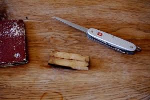 Schnitzen mit dem Taschenmesser: Wir spalten den Ast und verwenden das Kernholz.  Foto (c) kinderoutdoor.de