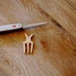 Kinder werken mit dem Taschenmesser und schnitzen eine Haarspange