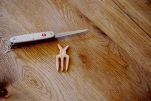 MIt der kleinen Klinge vom Taschenmesser erweitern wir die Zinken unserer Haarspange.  foto (c) kinderoutdoor.de