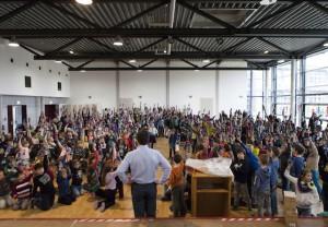 SIGG Malwettbewerb: Ein Sieger kommt aus Hildesheim. Hier freut sich die ganze Schule über die SiGG Flaschen, welche das Sieger Design vom Mitschüler Moritz tragen.  Foto (c) Sigg.com