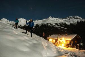 Schneeschuhwandern bei Vollmond in Osttirol. Auch Kinder können bei der nächtlichen Wanderung mit einem Park Ranger dabei sein.  Foto (c) christian Riepler