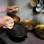 Ostereier natürlich färben: Zwiebelschalen, Rote Beete und Brennesseln