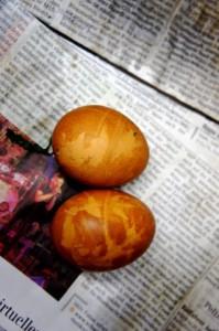 Ostereier natürlich färben. Mit Zwiebelschalen lassen sich tolle Muster zaubern. Foto (c) kinderoutdoor.de