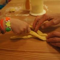 Eine süße Brezel bei der Osterbäckerei mit Kindern.   Foto (c) kinderoutdoor.de