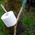 Kinder schnitzen mit dem Taschenmesser: Schnitzanleitung für einen Outdoor Klopapierhalter