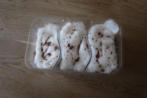 Kresse anpflanzen: Damit die Plfanzen genügend Platz haben, verteilen wie die Samen gleichmäßig über der Watte. Foto (c) kinderoutdoor.de