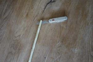 Das andere Ende mit dem Taschenmesser rund schnitzen und den Stiel etwa fünf Zentimeter mittig spalten. Foto (c) kinderoutdoor.de