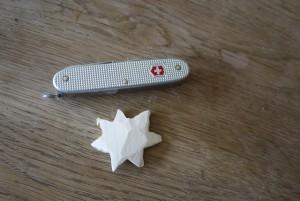 Kinder schnitzen mit dem Taschenmesser eine Narzisse. Zuerst sägen wir die Blüte aus.  Foto (c) kinderoutdoor.de