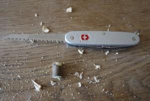 Mit dem Taschenmesser ein Stück vom Ast absägen. Foto (c) kinderoutdoor.de