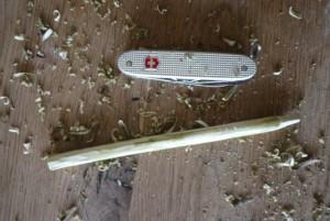 Mit dem Taschenmesser schnitzen die Kinder die Rinde vom Ast weg.  Foto (c) kinderoutdoor.de